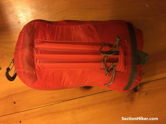A stake pocket is integrated into the back side of the stuff sack. This pocket holds the 6 DAC stakes tightly when the stuff sack is full